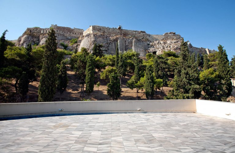 Τhe roof terrace of the museum, beneath the north slope of the Acropolis. | Courtesy: Canellopoulos Museum